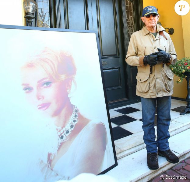 Le prince Frederic Von Anhalt, mari de Zsa Zsa Gabor, a donné une conférence de presse devant leur domicile à Bel-Air, pour annoncer que la célèbre actrice n'avait pas souffert lors de sa crise cardiaque. Le 19 décembre 2016  52261679 Zsa Zsa Gabor's husband Prince Frederic Von Anhalt holds a press conference outside their home in Bel-Air, California on December 19, 2016. Prince Frederic told the gathering media that Zsa Zsa passed away peacefully and without pain yesterday when she died of a heart attack at the age of 99.19/12/2016 - Bel-Air