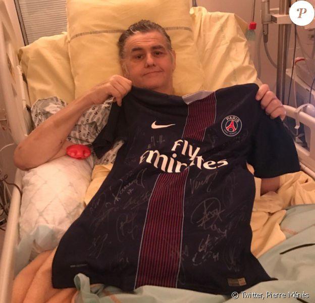 Pierre Ménès pose avec fièrement avec le cadeau de Nasser Al-Khelaïfi, président, directeur général du club Paris Saint-Germain. Décembre 2016.