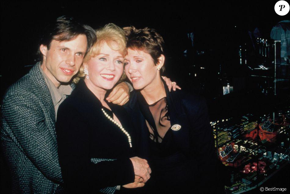 Carrie Fisher posant avec sa mère Debbie Reynolds, son frère Todd dans les années 1990