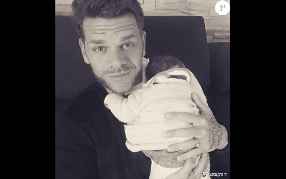 Keen'V a partagé cette photo de lui et de sa nièce sur Instagram. Décembre 2016