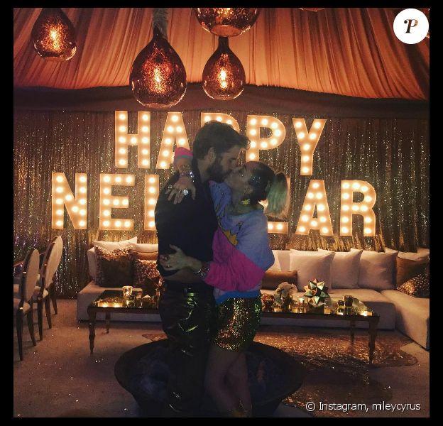 Miley Cyrus fête le réveillon avec sa belle-famille lors d'une grosse soirée à San Diego. Son chéri Liam Hemsworth et sa mère Tisu Cyrus étaient présents. Les internautes pensent que le couple s'est marié en secret. Photo publiée sur Instagram le 1er janvier 2017.