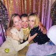 Miley Cyrus fête le réveillon avec sa belle-famille lors d'une grosse soirée à San Diego. Les internautes pensent que le couple s'est marié en secret. Photo publiée sur Instagram le 1er janvier 2017.