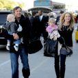 Dennis Quaid, sa femme et les jumeaux sont de sortie !