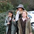 Exclusif - Geri Halliwell (enceinte) accompagnée de sa mère Ana María Hidalgo va chercher sa fille Bluebell à l'école à Londres, le 9 décembre 2016