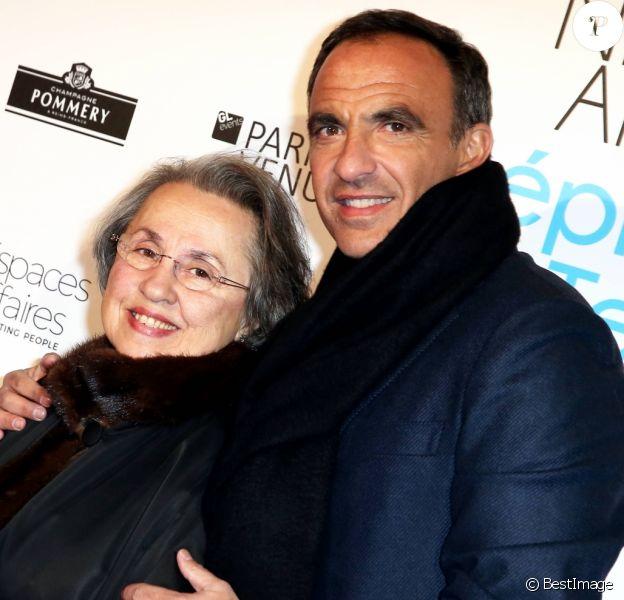 """Nikos Aliagas et sa mère Harula - Vernissage de l'exposition """"L'épreuve du Temps"""" de Nikos Aliagas au Palais Brongniart à Paris, le 16 janvier 2017."""