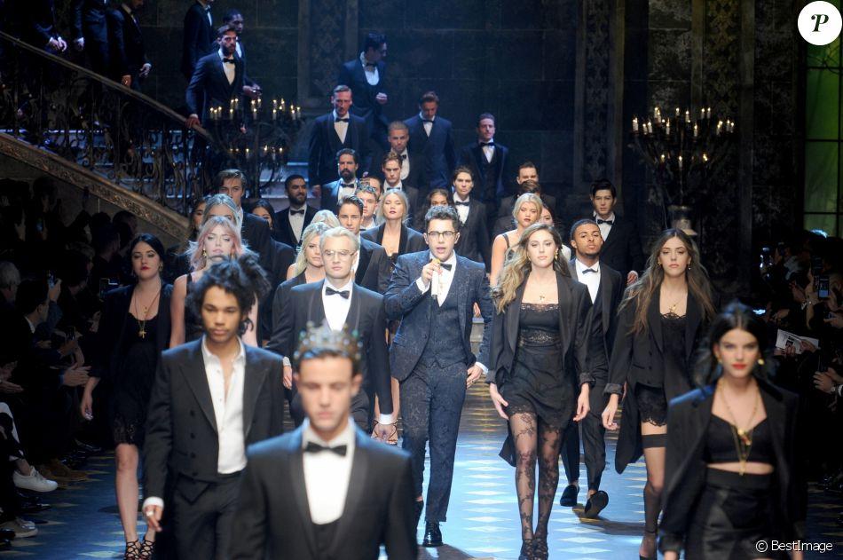 Austin Mahone et les mannequins du défilé Dolce   Gabbana à la Fashion Week  de Milan. Le 14 janvier 2017. 2b689998ac63