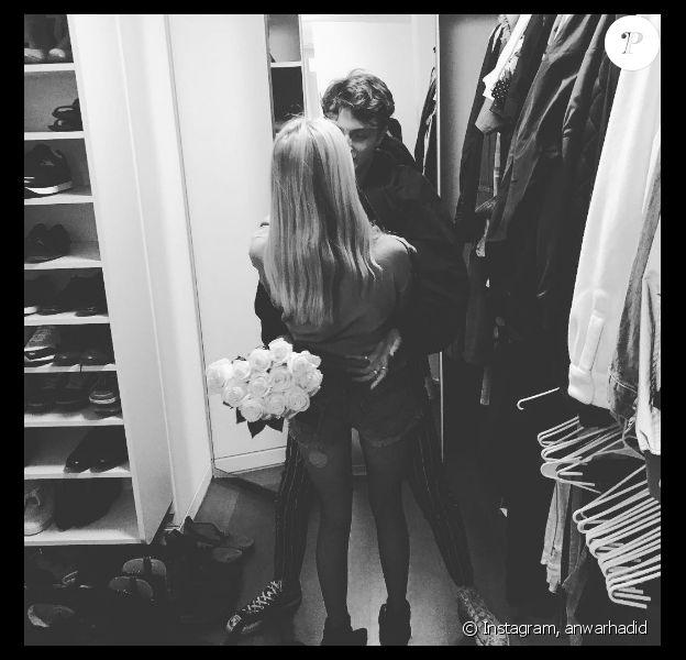 Anwar Hadid officialise avec sa chérie Nicola Peltz sur Instagram, le 22 janvier 2017