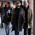 Exclusif - Gigi Hadid, son frère Anwar Hadid et un de leurs amis se promènent à Aspen, le 27 décembre 2015.