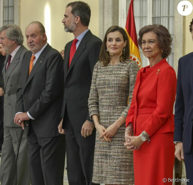 Le roi Felipe VI et la reine Letizia d'Espagne, en présence du roi Juan Carlos Ier et de la reine Sofia, superbe en rouge, présidaient le 23 janvier 2017 au palais du Pardo à Madrid à la cérémonie de remise des Prix nationaux du sport pour l'année 2015.