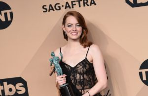SAG Awards 2017 : Emma Stone sacrée en transparence, The Crown triomphe