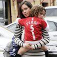 Rebecca Ferdinand, femme de Rio Fedinand, avec leur fils Lorenz dans les bras le 9 mai 2010 aux abords d'Old trafford à Manchester. Rebecca est morte des suites d'un cancer foudroyant en mai 2015 ; deux ans après, Rio Ferdinand évoquera au printemps 2017 son travail de deuil dans un documentaire de BBC One.