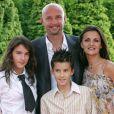 Frank Leboeuf, sa femme Betty et leurs enfants Hugo et Jade à Disney Village le 27 juin 2004