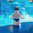 Batman dans sa piscine avec des vrais dauphins.