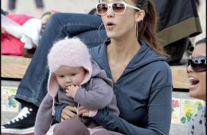 La sublime Jessica Alba, très souriante, s'éclate au parc avec sa craquante petite fille !