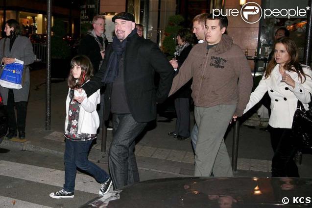 John Travolta en famille à Paris, avec Kelly Preston, Ella et son fils Jett