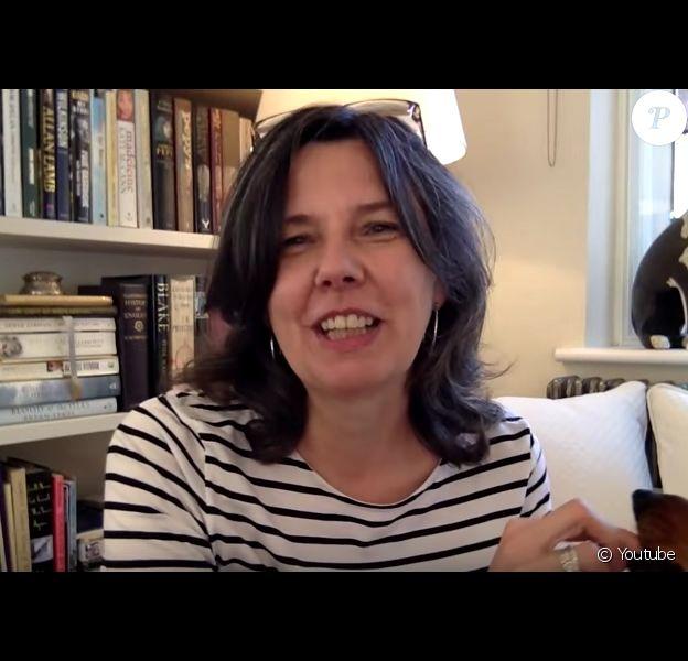 Helen Bailey, auteure des romans Electra Brown, parlant de son livre When Bad Things Happen In Good Bikinis en octobre 2015, avec son chien Boris. Portée disparue en avril 2016, son corps a été retrouvé en juillet et son compagnon inculpé du meurtre.
