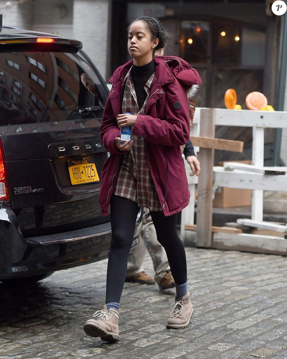 Malia Obama se promène et tente de se cacher des photographes à New York, le 08 février 2017.