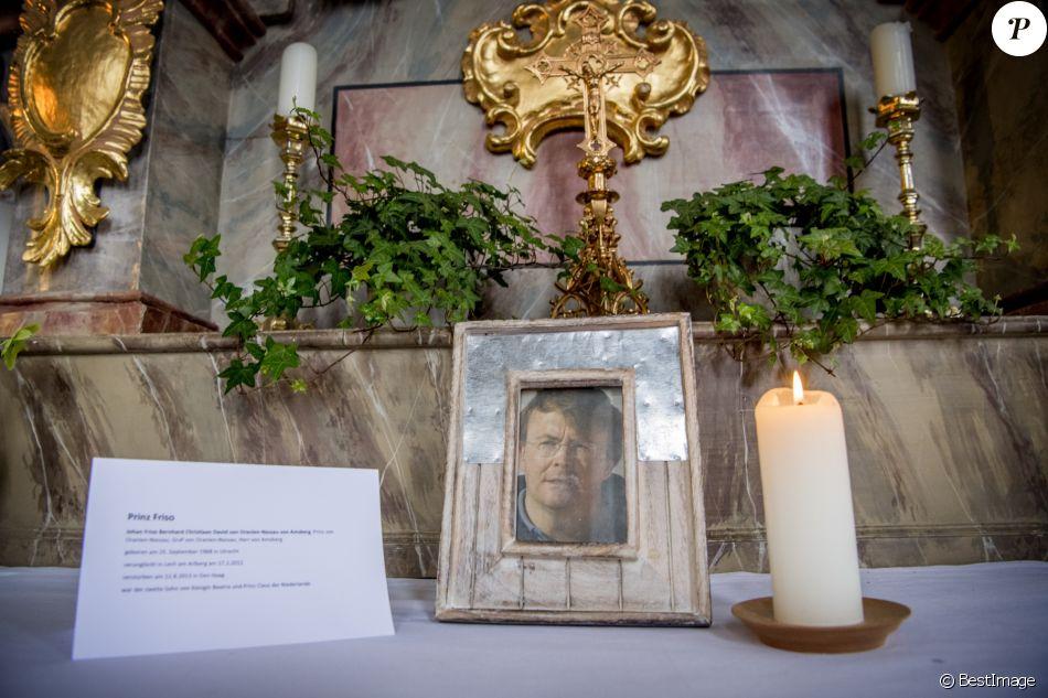 Un portrait du prince Friso d'Orange-Nassau a été disposé sur un autel de l'église paroissiale Saint-Nicolas à Lech am Arlberg, en Autriche, en février 2017, au 5e anniversaire de l'accident qui entraîna la mort du fils de Beatrix des Pays-Bas, décédé le 12 août 2013 après dix-huit mois dans le coma.