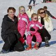 Le prince Friso d'Oranje-Nassau et la princesse Mabel avec leurs filles Luana et Zaria le 19 février 2011 à Lech am Arlberg, un an avant le tragique accident du prince dans la station autrichienne.
