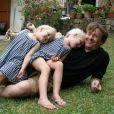 Le prince Friso d'Orange-Nassau posant avec ses filles Zaria et Luana en 2010.