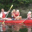 Le prince Friso d'Orange-Nassau et la princesse Mabel faisant du bateau avec leurs filles Zaria et Luana en 2010.