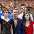 """""""Emma Watson et une partie du cast dont Matthew Lewis en haut à droite, à Londres le 6 juillet 2011."""""""