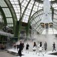 """Défilé de mode prêt-à-porter automne-hiver 2017/2018 """"Chanel"""" au Grand Palais à Paris le 7 mars 2017."""