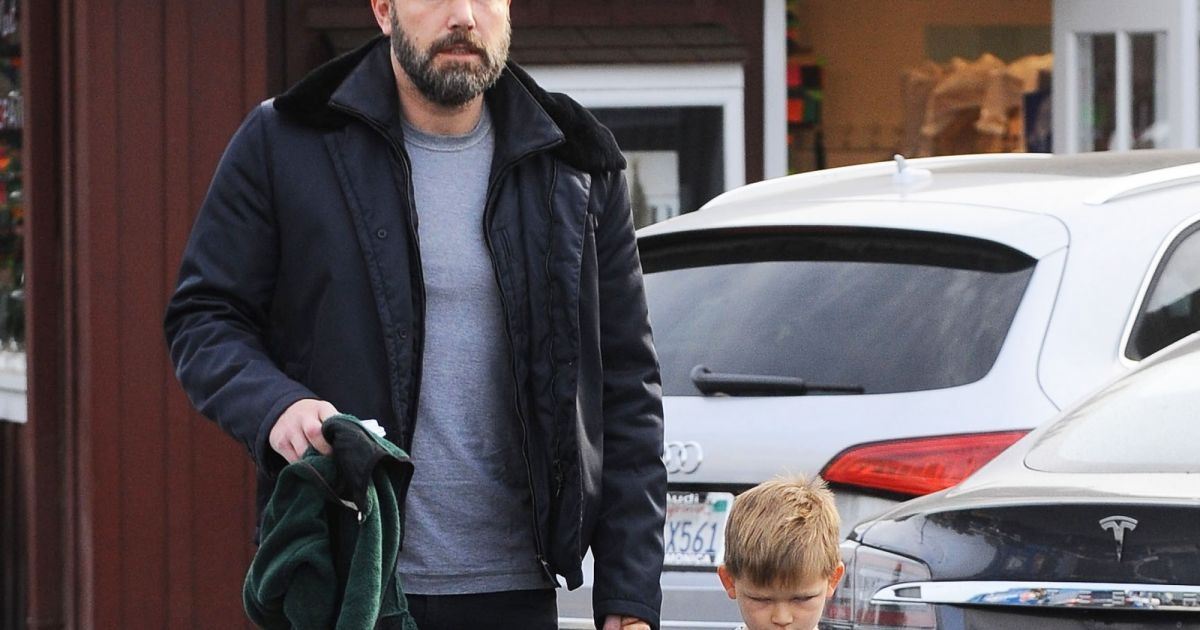 ben affleck est all prendre le petit d jeuner avec son fils samuel au brentwood country mart. Black Bedroom Furniture Sets. Home Design Ideas