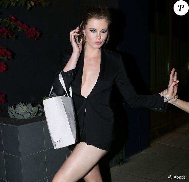 """Ireland Baldwin quittant la soirée organisée par le magazine """"The Hollywood Reporter"""" et Jimmy Choo à West Hollywood le 14 mars 2017. Pieds nus, le mannequin était vêtu d'une courte veste noire qui laissait peu de place à l'imagination."""