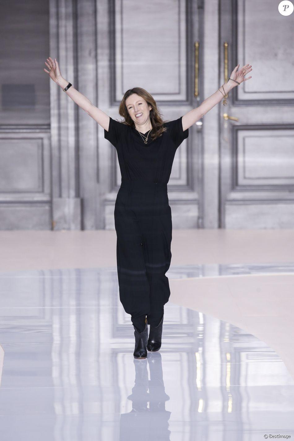 """La styliste Clare Waight Keller au défilé de mode """"Chloé"""", collection prêt-à-porter Automne-Hiver 2017-2018 à Paris, le 2 mars 2017."""