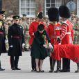 Kate a distribué les bouquets de trèfles, sans oublier bien sûr Domhnall, mascotte du régiment. Le prince William et la duchesse Catherine de Cambridge ont assisté à la parade de la Saint-Patrick et distribué le trèfle porte-bonheur aux membres des Irish Guards aux Cavalry Barracks du régiment à Hounslow, dans l'ouest de Londres, le 17 mars 2017.