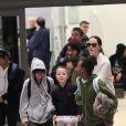 Angelina Jolie arrive avec ses enfants Maddox, Zahara, Shiloh, Vivienne, Knox et Pax Jolie-Pitt à l'aéroport de LAX à Los Angeles, le 17 mars 2017
