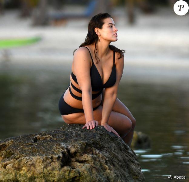 Le mannequin Ashley Graham en pleine séance photo à Islamorada, en Floride. Le 21 mars 2017.