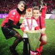 Kevin Gameiro célébrant avec sa femme Lina et leur fils aîné la victoire du FC Séville en Europa League en 2015, photo Instagram.