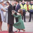 La princesse Marie de Danemark fait la révérence devant le roi Philippe de Belgique lors du début de la visite officielle du couple royal à Copenhague le 28 mars 2017.