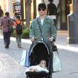 Chrissy Teigen et sa fille Luna à Los Angeles, le 30 mars 2017.