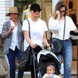 Chrissy Teigen fait du shopping avec sa mère Vilailuck Teigen (à gauche) et sa fille Luna à Los Angeles, le 30 mars 2017.