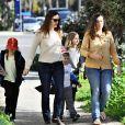 Exclusif - Jennifer Garner se balade avec ses enfants Violet, Seraphina et Samuel dans les rues de Los Angeles, le 3 mars 2017