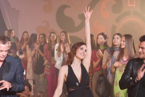 Camille Lou défile pour le Casa Fashion Show sous le regard de Valérie Bègue