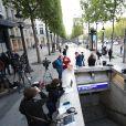 Les journalistes se pressent sur les Champs-Elysées au lendemain de l'attaque terroriste à Paris, France, le 21 avril 2017. © Lionel Urman/Bestimage