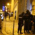 Policiers autour de l'avenue des Champs-Elysées bloquée car des coups de feu à l'arme lourde ont été tirés à Paris, le 20 avril 2017. Un agent de police a été tué et un autre blessé lors de la fusillade. Un assaillant a été abattu.