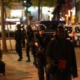 Policiers sur l'avenue des Champs-Elysées bloquée car des coups de feu à l'arme lourde ont été tirés à Paris, le 20 avril 2017. Un agent de police a été tué et un autre blessé lors de la fusillade. Un assaillant a été abattu.
