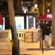 Policiers sur l'avenue des Champs-Elysées bloquée car des coups de feu à l'arme lourde ont été tirés à Paris, le 20 avril 2017.