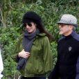 Exclusif - George Clooney et sa femme Amal (Alamuddin), enceinte, se promènent en amoureux le long de la Tamise dans le Berkshire le 31 mars 2017.