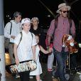David Beckham arrive avec ses enfants Brooklyn, Romeo, Cruz et Harper Beckham à l'aéroport de LAX à Los Angeles le 17 avril 2017