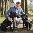 Portrait officiel du roi Willem Alexander des Pays-Bas avec ses deux chiens, Skipper et Nala, réalisé le 5 avril 2017 à son domicile, la Villa Eikenhorst à Wassenaar, et révélé pour son 50e anniversaire le 27 avril 2017.