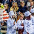 Le roi Willem-Alexander des Pays-Bas, ici au moment du passage du gâteau lors de la parade, fêtait en famille et en public, entouré notamment de sa femme la reine Maxima et leurs filles les princesses Catharina-Amalia, Alexia et Ariane, son 50e anniversaire le 27 avril 2017 à l'occasion de grandes célébrations à Tilburg, dans le sud du pays.