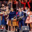 Grosse ambiance avec la famille royale sur scène ! Le roi Willem-Alexander des Pays-Bas fêtait en famille et en public, entouré notamment de sa femme la reine Maxima et leurs filles les princesses Catharina-Amalia, Alexia et Ariane, son 50e anniversaire le 27 avril 2017 à l'occasion de grandes célébrations à Tilburg, dans le sud du pays.