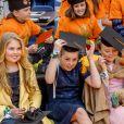Le roi Willem-Alexander des Pays-Bas fêtait en famille et en public, entouré notamment de sa femme la reine Maxima et leurs filles les princesses Catharina-Amalia, Alexia et Ariane (les trois soeurs se sont bien amusées, comme en témoigne cette photo), son 50e anniversaire le 27 avril 2017 à l'occasion de grandes célébrations à Tilburg, dans le sud du pays.