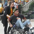 Zayn Malik se rend à l'appartement de Gigi Hadid en fauteuil roulant, à New York le 29 avril 2017